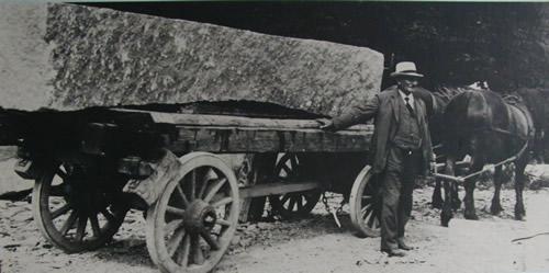 Hestevogn transporterer granit