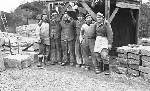 Stenhuggere ved huggehus. Deres indsats ses – kantsten, som i en lang periode var et af de vigtigste produkter.