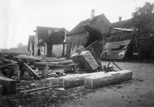 Stenhugger omkring 1900 formodentlig i Allinge