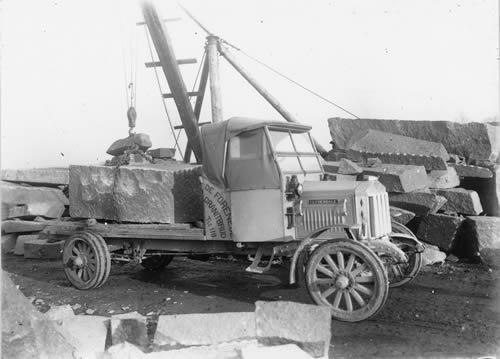 Gammel lastbil læsset med granitblok